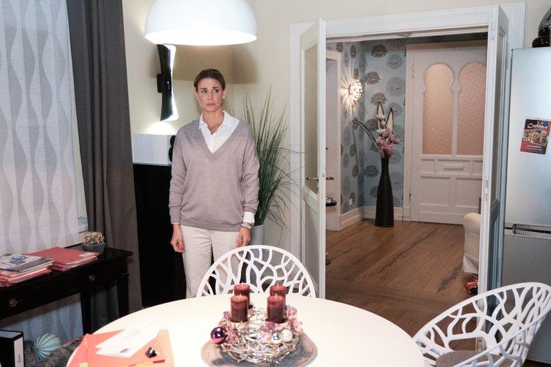 Eva (Claudelle Deckert) ist enttäuscht, als sie irrtümlich glaubt, Conor sei wieder da. Die Verwendung des sendungsbezogenen Materials ist nur mit dem Hinweis und Verlinkung auf TVNOW gestattet. – Bild: TVNOW / Stefan Behrens