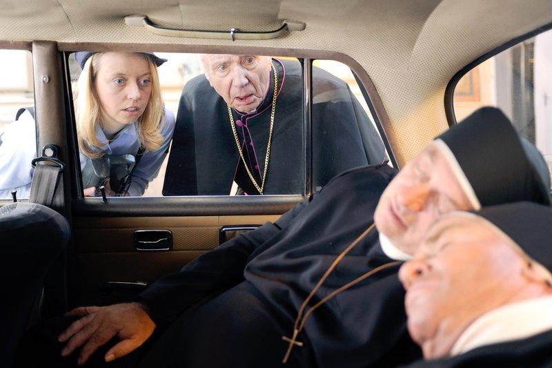 Die Politesse entdeckt zwei männliche Nonnen im Auto. Der Bischof rettet die Situation (v.li.: Elna Lindgens, Horst Sachtleben, Wolfgang Müller, Fritz Wepper). – Bild: One