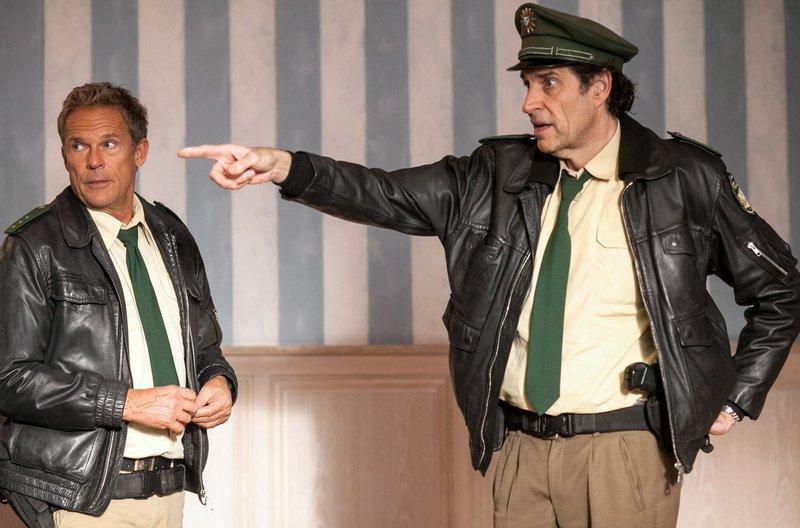 Von links: Hubert (Christian Tramitz) und Staller (Helmfried von Lüttichau) versuchen, sich einen Überblick zu verschaffen. – Bild: ARD/BR/TMG/Chris Hirschhäuser