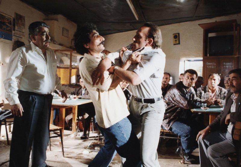 MDR Fernsehen GEBOREN IN ABSURDISTAN, am Donnerstag (22.03.12) um 23:40 Uhr. Emre Dönmez (Ahmet Ugurlu, Mitte links) verliert die Beherrschung, als der Wiener Staatsbeamte Stefan Strohmayer (Karl Markovics), der mitschuldig an der Abschiebung seiner Familie ist, nun auch noch behauptet, sein Sohn Hyari sei eigentlich dessen Sohn Karli. – Bild: MDR/EPO-Film