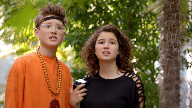 L-R: Tim (Moritz Schirdewahn), Lotte (Jesina Amweg) – Bild: Nickelodeon
