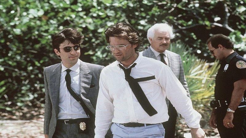 Martinez (Andy Garcia, l.), Malcolm (Kurt Russell, vorne) und Wilson (Richard Bradford, 2.v.r.) am Ort des Verbrechens Nr.4 ... – Bild: Star TV