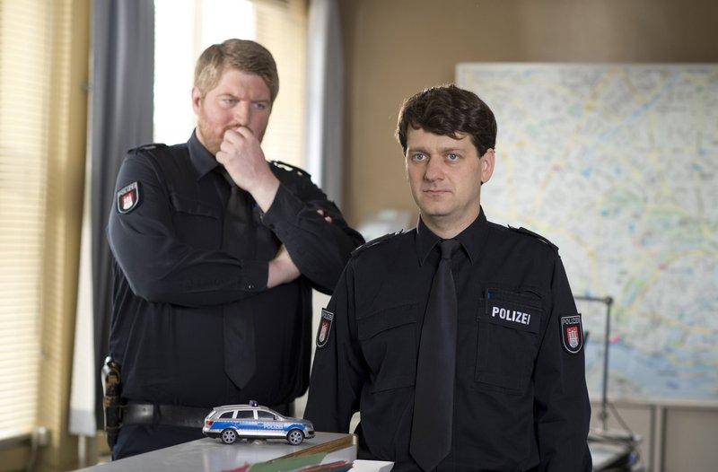 Daniel Schirmer (Sven Fricke, r.) hat herausgefunden, dass seine Frau ihn betrügt. Hannes Krabbe (Marc Zwinz, l.) hat Mitleid mit seinem Kollegen. – Bild: ARD
