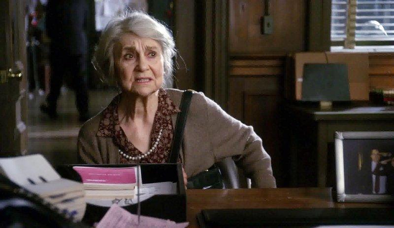 Rosa Donetti (Lynn Cohen) ist die Besitzerin einer Fleischerei. Damit dies auch so bleibt, geht sie, wenn nötig, über Leichen! – Bild: VOX
