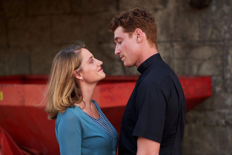 Maik (Daniel Donskoy) trifft auf Eva (Bettina Burchard), die überraschend auf der Grillparty auftaucht. – Bild: TVNOW / Frank Dicks