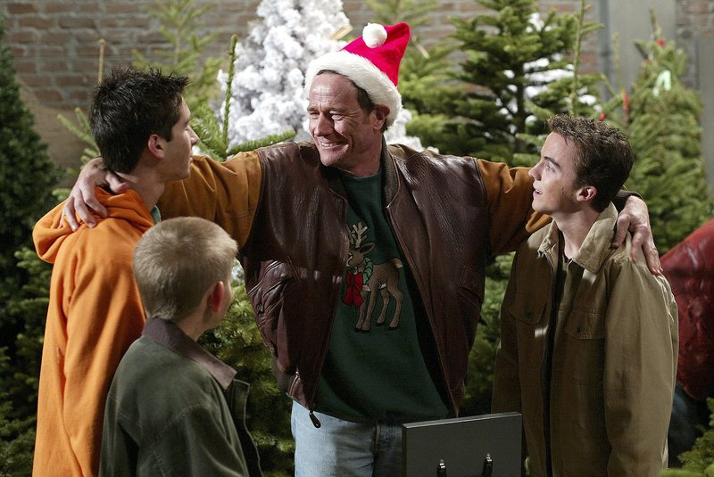 """""""Malcolm mittendrin"""", """"Weihnachtsbäume."""" Kurz vor Weihnachten wird Hal in unbezahlten Urlaub geschickt. Das Fest an Heilig Abend droht wegen Geldmangel auszufallen. Mit dem Verkauf von Christbäumen will sich Hal sanieren. Unterstützung erhält er von seinen Söhnen. Dem zunächst florierenden Geschäft, droht jedoch schon bald die Pleite. Lois hat währenddessen mit einem Eichhörnchen zu kämpfen, das sich im Supermarkt versteckt hält.Im Bild (v.li.): Justin Berfield (Reese), Erik Per Sullivan (Dewey), Bryan Cranston (Hal), Frankie Muniz (Malcolm). – Bild: ORF 1"""