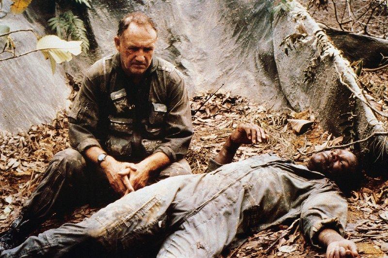 """Als Hambleton (Gene Hackman, l.) und """"Bird-Dog"""" Clark (Danny Glover) mit dem Helikopter zur Landung ansetzen, geraten sie unter feindlichen Beschuss. Sie stürzen ab... – Bild: RTL NITRO"""