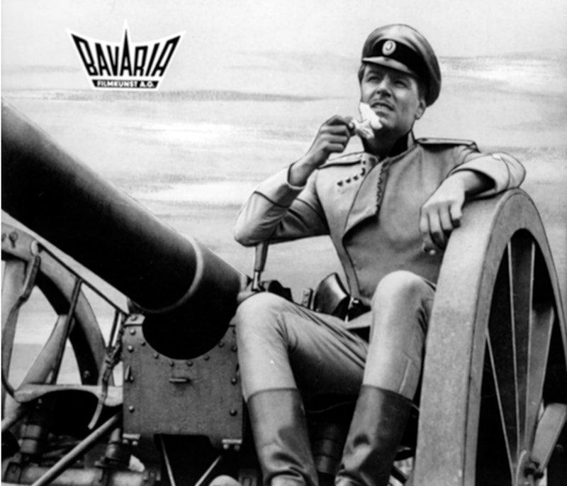 Hauptmann Bluntschi (O. W. Fischer) auf dem Höhepunkt seiner Karriere. – Bild: Bavaria Filmkunst AG/BR