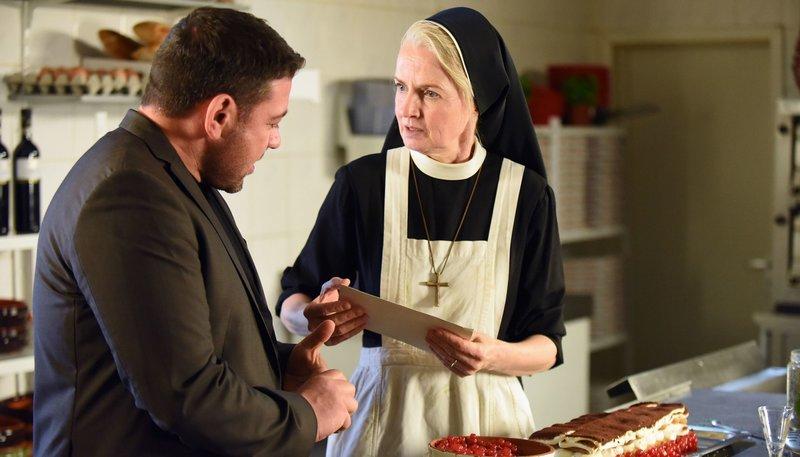 Luigi Cantoni (Leonardo Nigro, l.) kommt ins Kloster, um mit Schwester Agnes (Emanuela von Frankenberg, r.) zu sprechen. – Bild: ARD/Barbara Bauriedl