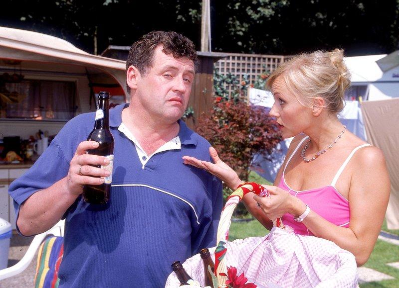 Natürlich ist Stefanie (Dana Golombek) nicht gerade begeistert, dass Benno (Willi Thomczyk) bereits am hellichten Tag so viel Bier trinkt... – Bild: RTLplus / Frank Dicks