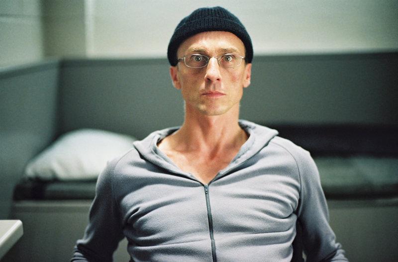 Gabriel Engel (André Hennicke) versucht auch noch hinter Gittern Unheil anzurichten. – Bild: Tele 5