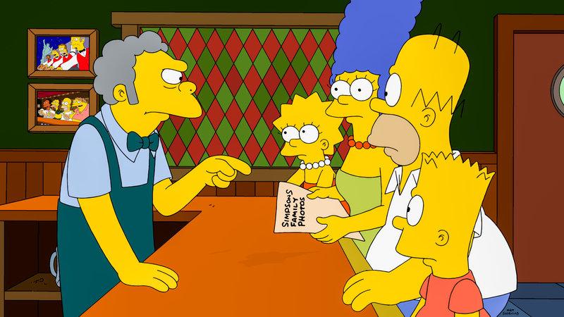 Die Entdeckung, die Homer (2.v.r.) in seiner Jackentasche macht, kann nur Moe (l.) leserlich machen. Marge (3.v.l.), Lisa (2.v.l.) und Bart (vorne, r.) sehen zum ersten Mal Fotos, die zeigen, wie sehr Bart Lisa geärgert hat. – Bild: ORF eins