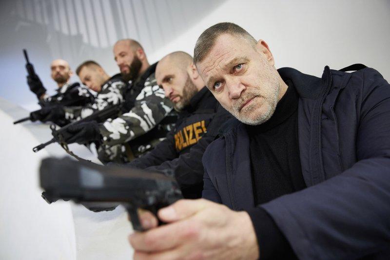 Der Drahtzieher Roman Krivosia (Robert Jarczyk, r.) versucht mit seinen Männern unbemerkt das Bürogebäude zu verlassen... – Bild: RTL / Guido Engels