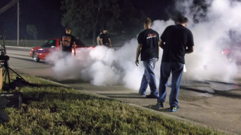 Kayla sets off with a burnout. – Bild: Discovery Channel / Discovery Communications