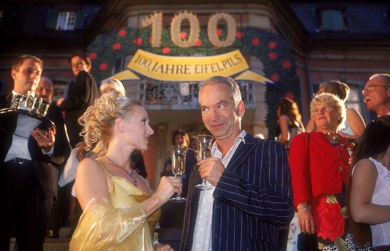 Ein besonderer Gast in Stefanies (Dana Golombek) Traum: Claus Vincon (spielt sich selbst). – Bild: TVNOW / Frank Dicks