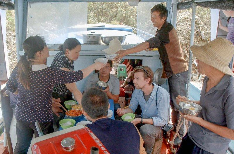 Auf seiner Reise entlang des chinesischen Flusses Yangtse trifft der niederländische Fotograf Ruben Terlou (3.v.r., sitzend) auf Fischer, die unter den Auswirkungen des Drei-Schluchten-Damms leiden. – Bild: arte