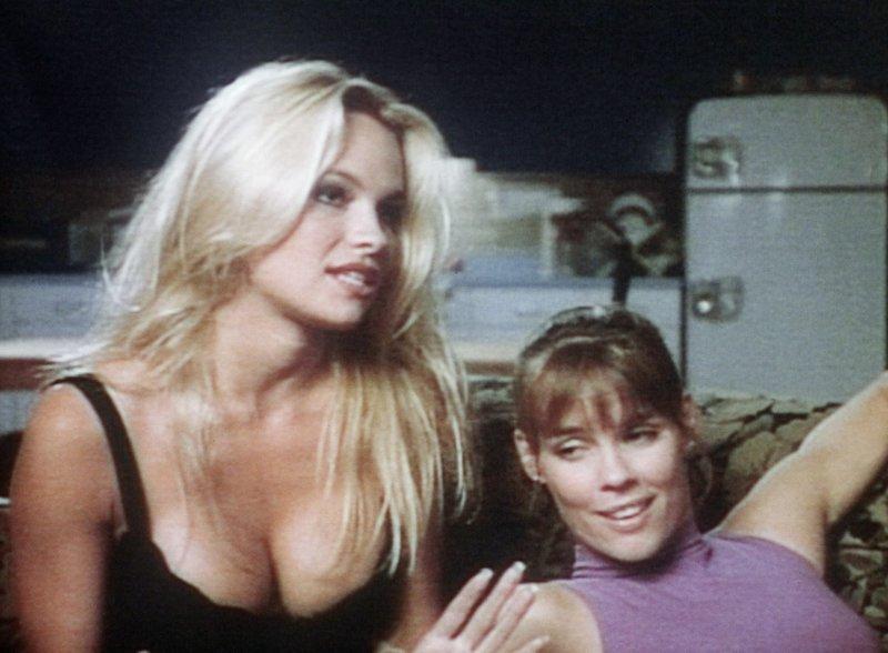 Casey Jean (Pamela Anderson, l.), Stephanie Holden (Alexandra Paul) – Bild: RTL NITRO / Betafilm