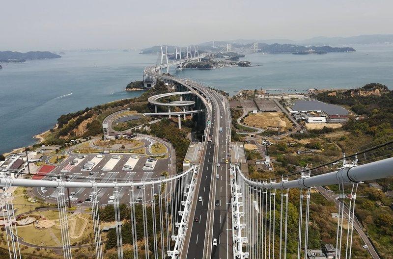 Die 1988 erbaute Große Setobrücke bindet Shikoku an Honshu an und führte die Insel aus der Isolierung. – Bild: arte