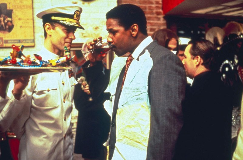 Auf einer Schwulenparty treffen sich der Anwalt Joe Miller (Denzel Washington, re.) und sein Mandant Andrew Beckett (Tom Hanks, li.). – Bild: arte