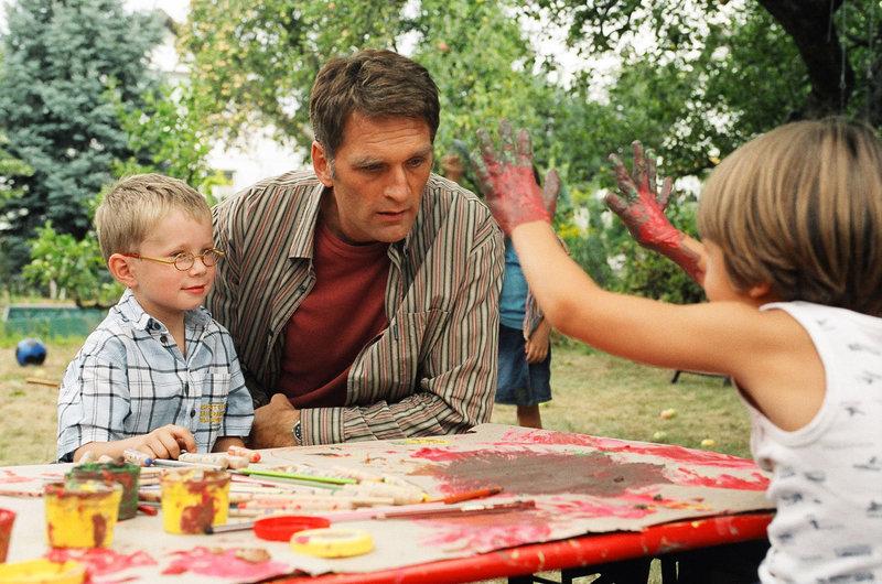 Stefan Herrlich (Walter Sittler) stellt sein Organisationstalent unter Beweis: Er gründet einen Privat-Kindergarten. – Bild: Puls 8