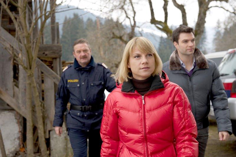 """""""Soko Kitzbühel"""", """"Aurum."""" Abseits des Pisten-Trubels führen Felix und Maja Nordegg eine radikal-ökologisch ausgerichtete Pension und einen Krieg gegen den """"Rest der Welt"""", vor allem gegen Helikopter-Ski-Unternehmer, Snowboarder und alles was mit Massen-Tourismus zusammenhängt. Dort vermutet das Paar auch den Attentäter, der Felix mit einem Motorschlitten angefahren und verletzt hat. Die SOKO verstärkt ihre Ermittlungen, als der alte Leo, der gelegentlich für die Nordeggs arbeitet, brutal ermordet wird. Sie nehmen vor allem Silvia Brantner, die Betreiberin eines Helikopter Flugdienstes, ins Visier. Denn sie liegt sich mit den Nordeggs nicht nur beruflich in den Haaren - Maja ist auch privat mit Silvia verstrickt.Im Bild (v.li.): Ferry Öllinger (Kroisleitner), Kristina Sprenger (Karin Kofler), Jakob Seeböck (Lukas Roither). – Bild: ORF 1"""