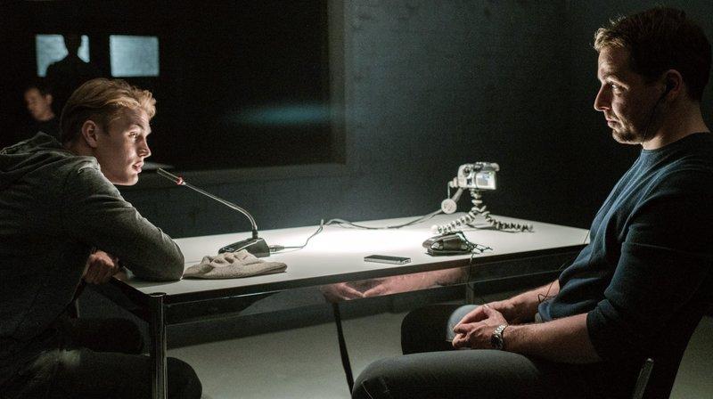 Einbrecher findet Leiche? Hauptmann Furrer (Felix Kramer) glaubt dem Kleinkriminellen Tim (Ludwig Simon, li.) kein Wort. – Bild: rbb/ARD Degeto/Graf Film/Roland Suso Richter