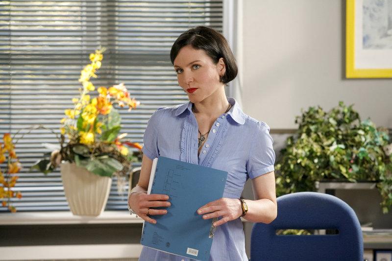Sekretärin Miriam Stockl (Marisa Burger) kümmert sich mal wieder mehr um die Gerüchteküche als um die Arbeit. – Bild: ZDF