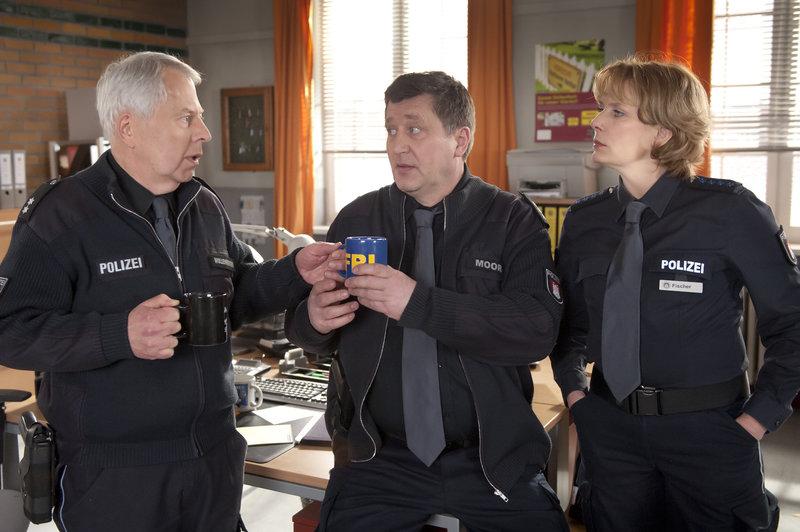 Wolle (Harald Maack, l.) kümmert sich rührig um seine Kollegen Hans (Bruno F. Apitz, M.) und Claudia (Janette Rauch, r.). – Bild: ZDF und Boris Laewen