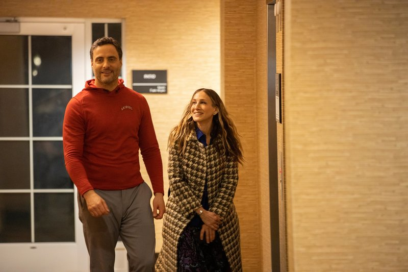 L-R: Jeremy (Dominic Fumusa) and Frances (Sarah Jessica Parker) – Bild: Die Verwendung ist nur bei redak / Home Box Office / © 2019 Home Box Office, Inc. All Rights Reserved.
