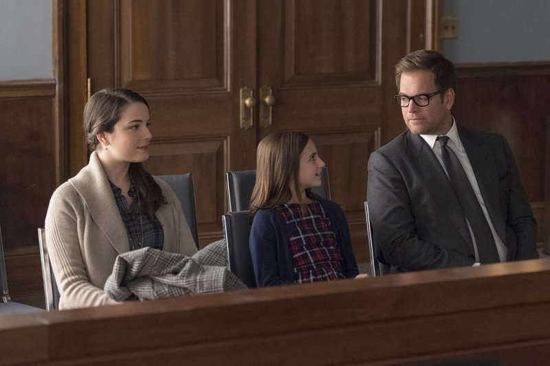 """Home for the Holidays""-- As Christmas approaches, Bull is amused when he meets a 9-year-old girl (Annabelle Wachtel) who wants to hire him to help her divorce her parents, but he\'s shocked when a judge appoints him her temporary guardian. Also, Marissa discovers disturbing information about her boyfriend, Kyle (Gary Wilmes), on BULL, Tuesday, Dec. 12 (9:00-10:00PM, ET/PT), on the CBS Television Network Pictured L-R: April (Lauren Donahue) , Charlie Kensington (Annabelle Wachtel) , and Dr. Jason Bull (Michael Weatherly) Photo: David M. Russell/CBS A?A(C)2017 CBS Broadcasting, Inc. All Rights Reserved – Bild: 13th Street"
