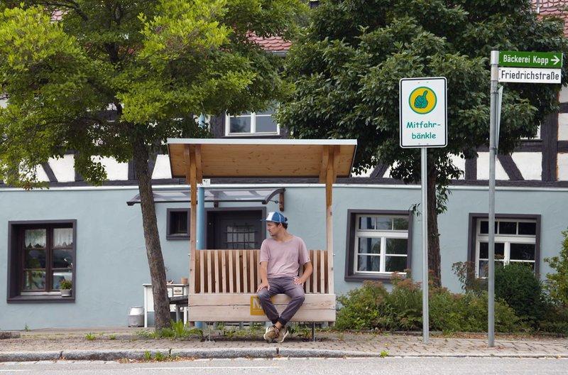Das Mitfahrbänkle: moderne Form des Trampens, per App organisierbar. Wer hier sitzt, möchte mitgenommen werden. Hier in Deißlingen – Bild: SWR