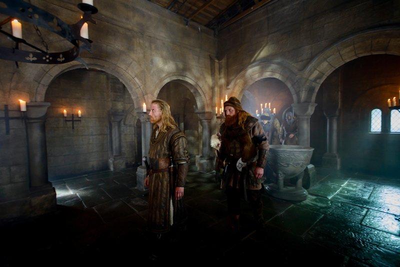 Inge (Thorbjørn Harr, l.) und Torstein (Kristofer Hivju, r.) decken eine Intrige auf. – Bild: ZDF und Ian Brodie.