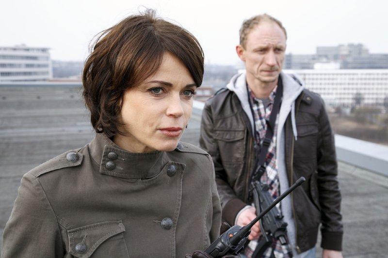Die Kidnapper Conny Weber (Gerit Kling) und Torsten Brand (Michael Schenk) verlangen die Herausgabe des Gemäldes - im Gegenzug wollen sie die Geisel freilassen. – Bild: RTL Nitro