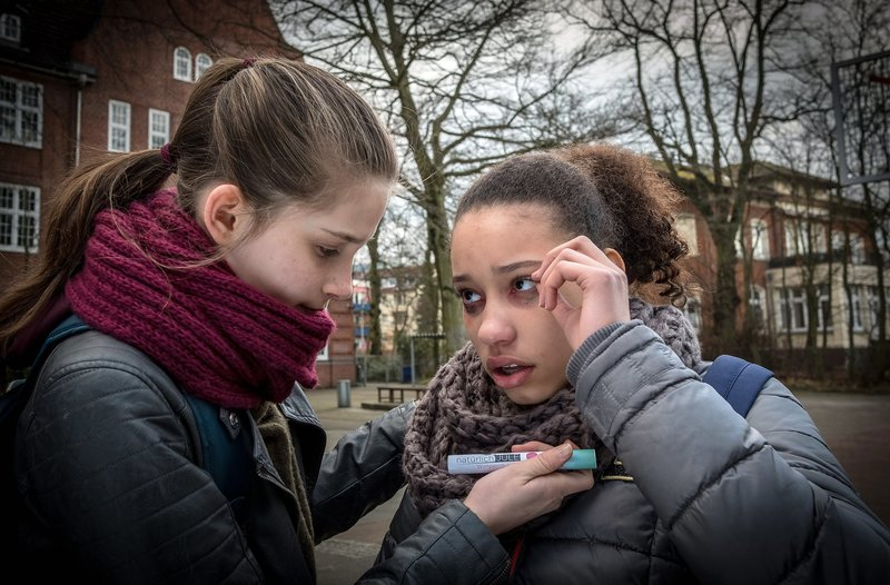 Lisha hat einen allergischen Schock. Mia k??mmert sich um sie. – Bild: NDR/Boris Laewen