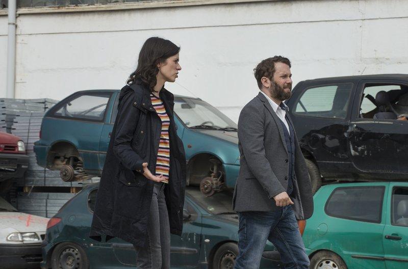Kira Dorn (Nora Tschirner) und Lessing (Christian Ulmen) ermitteln auf dem Schrottplatz. – Bild: MDR/Wiedemann&Berg/Stephanie Kulbach
