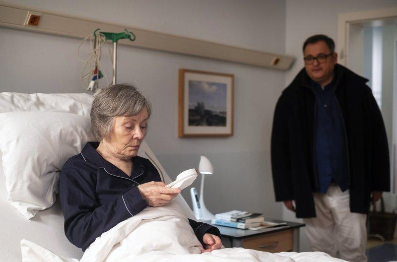Hans-Peter Brenner (Michael Trischan) ist in das Zimmer seiner Mutter Luise (Monika Lennartz) geeilt, da diese den Notruf gedrückt hat. Doch ihr geht es gut, sie wollte nur mal ausprobieren, ob er funktioniert. – Bild: MDR/Saxonia Media/Robert Strehler