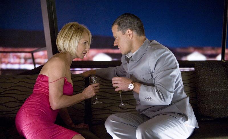 Um an Banks Diamanten zu kommen, will Caldwell (Matt Damon, r.) Banks Assistentin Sponder (Ellen Barkin, l.) verführen. Mit Hilfe von Pheromonen macht er sich für die Frau unwiderstehlich, die als einzige neben dem Casinobesitzer Zutritt zum Diamantenraum hat ... – Bild: Puls 4