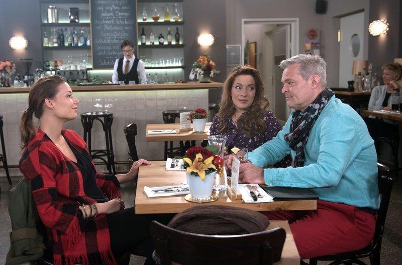 Yvonnes (Julia Dahmen, 2.v.r.) Plan scheint aufzugehen. Bei einem von ihr geplanten Abendessen, nähern sich Leonie (Lena Meckel, l.) und Frank (Axel Buchholz, r.) wieder an. – Bild: ARD/Nicole Manthey