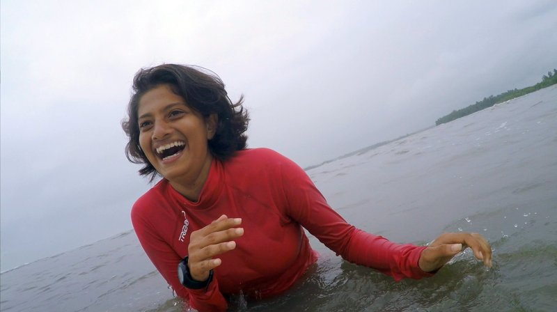 Aneesha ist die jüngste Surferin Indiens. Weil sie Profi werden will, hat die Familie ihres Vaters sie verstoßen. – Bild: WDR/Chris Valentin