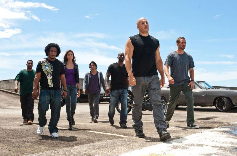 Um an das Geld eines Gangsterbosses heranzukommen, scharen Brian O'Connor (Paul Walker, r.) und Dom Toretto (Vin Diesel, 2. v.r.) ein Team aus altbekannten Fahrern um sich: (v.l.) Rico Santos (Don Omar), Tego Leo (Tego Calderon), Gisele Harabo (Gal Gabot), Han Lue (Sung Kang) und Roman Pearce (Tyrese Gibson) – Bild: MG RTL D / Universal Studi