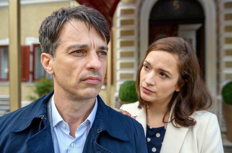 Eva (Uta Kargel, r.) macht Robert (Lorenzo Patané, l.) klar, dass Valentina nach Leipzig ziehen wird. – Bild: ARD/Christof Arnold