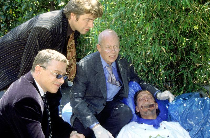 Die Kommissare Taube (Christian M. Goebel, l.), Schatz (Uwe Fellensiek, M.) und Haupt (Christoph Quest, r.) untersuchen die Leiche des ermordeten Jungkochs Philipp (Samir Osman). – Bild: Sat.1 Gold