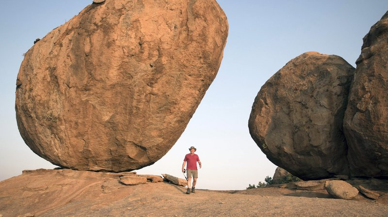 Professor Matthias Wemhoff bei den Dreharbeiten in der Wüste von Namibia. – Bild: phoenix/ZDF/Hans Jakobi