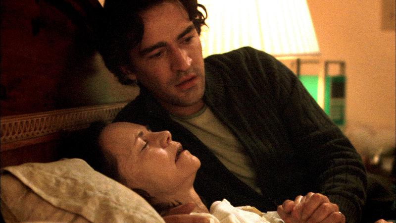 Nun kann Sohn Keith (Ben Chaplin) nur noch eins für seine sterbende Mutter tun: bei ihr sein. – Bild: ZDF und Mark Levine