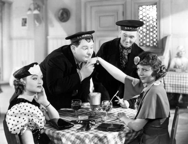 Lona Andre, Oliver Hardy, Stan Laurel, Iris Adrian. – Bild: ORF