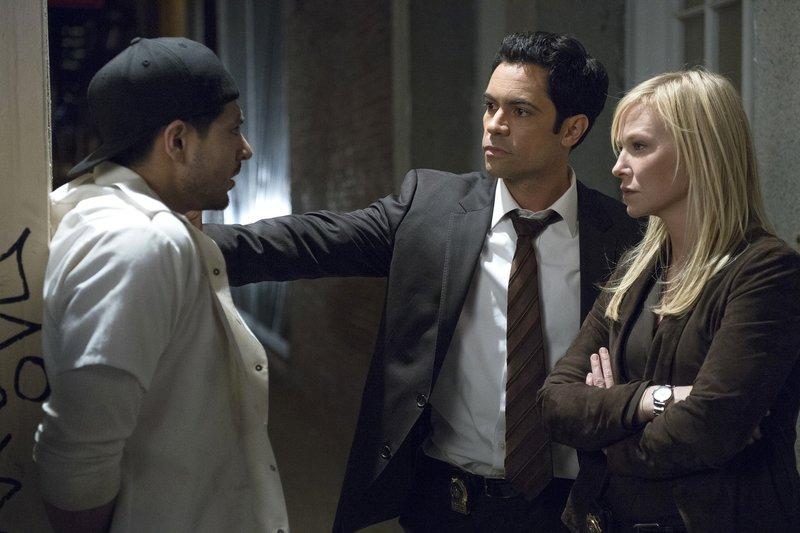 Amaro (Danny Pino, M.) und Rollins (Kelli Giddish, r.) ermitteln im Fall einer vermutlich vergewaltigten Soldatin. Hat Ozzie (Aldo Uribe, l.) etwas mit der Tat zu tun? – Bild: NBC / Michael Parmelee