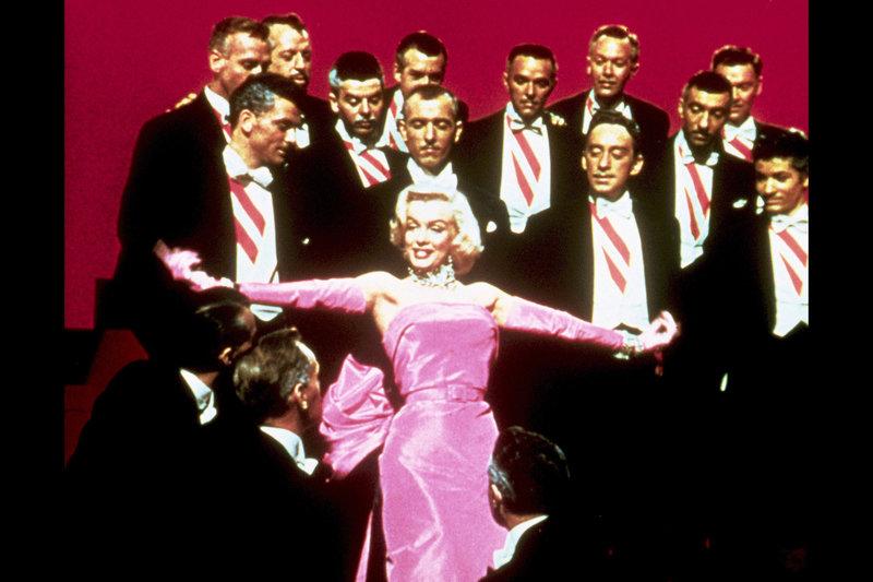 """Marilyn Monroe in ihrem Element: das archetypische Sexsymbol umringt von Männern – Bild: ARTE Honorarfreie Verwendung nur im Zusammenhang mit genannter Sendung und bei folgender Nennung """"Bild: Sendeanstalt/Copyright"""". Andere Verwendungen nur nach vorheriger Absprache: ARTE-Bildredaktion"""