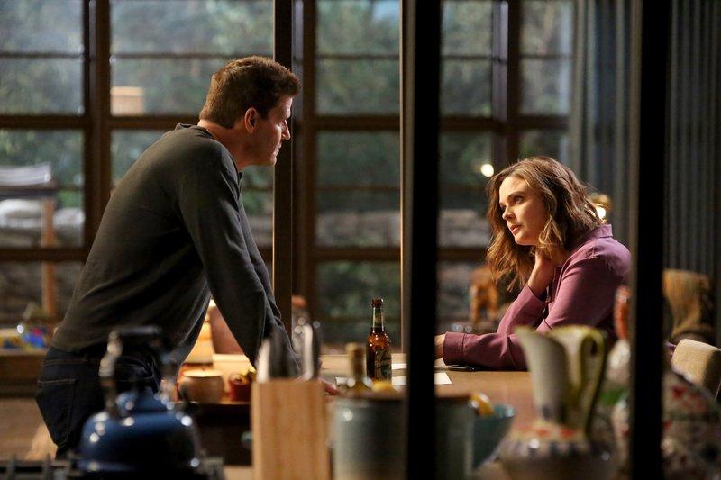 Als Booths (David Boreanaz) und Brennans (Emily Deschanel) Tochter ihr erstes Zeugnis mit nach Hause bringt, könnten sie nicht stolzer sein. Doch dann beschleicht sie der Verdacht, dass das Zeugnis gefälscht sein könnte. – Bild: RTL / FOX