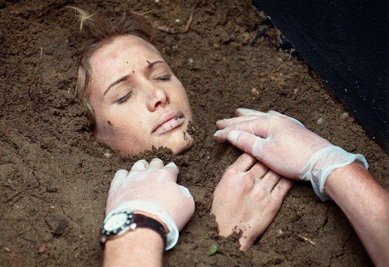 Grausamer Fund auf dem Friedhof: Die Kommissare Ehrlicher und Kain lassen die tote Jenny (Nadeshda Brennicke) ausgraben. – Bild: MDR