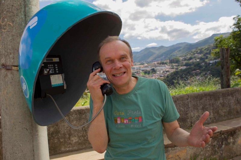 Ex-Musiklehrer Marten Brückling (Edgar Selge) ist am Verzweifeln: Kurz vor der Heimreise nach Deutschland wird sein Gepäck mit den wertvollen Notenblättern gestohlen. – Bild: ZDF und Dan Behr